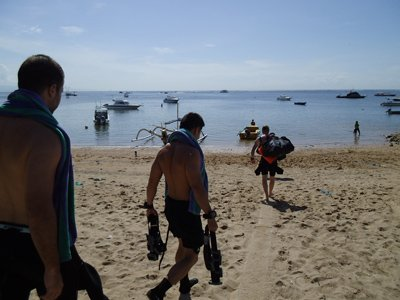 divers going to water