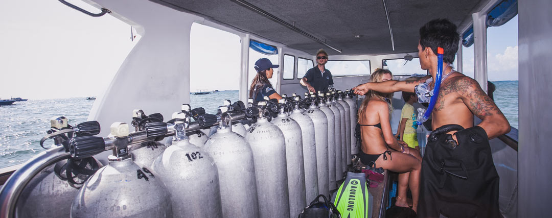 PADI-Divemaster-preparing-the-tank-At-the-boats