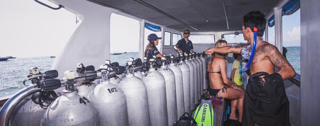 PADI-Divemaster-preparing-the-tank-At-the-boats