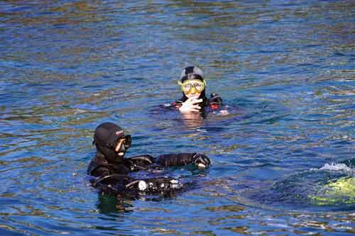 Diver-leaves-by-Diving-Boat-at-the-surface-feture